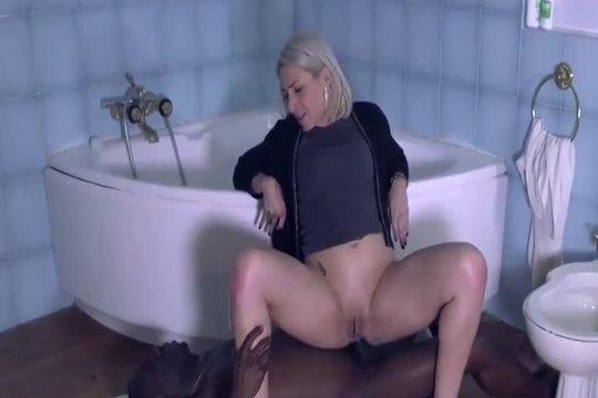 Красивая зрелая блондинка отдалась негру в жопу в ванной