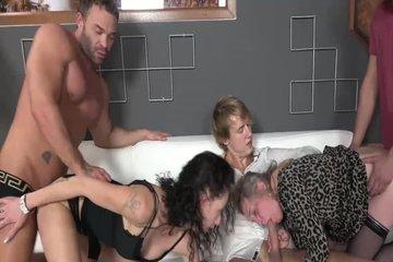 Зрелые с молодыми объединились для качественного свинг секса