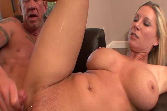 Зрелая блондинка с большой красивой грудью отдалась одногодке на диване