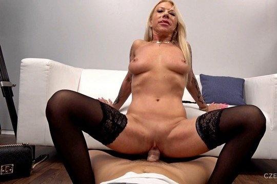 Зрелая блондинка в чулках Ирэна трахнулась в очко на порно кастинге