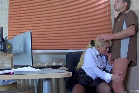 Зрелая русская блондинка начальница совратила нового сотрудника