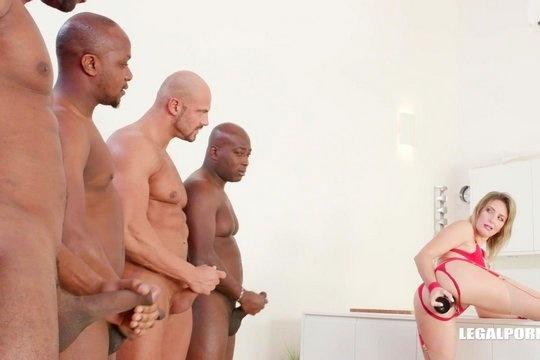 Зрелая блондинка Emma Klein обожает групповуху и двойной анал