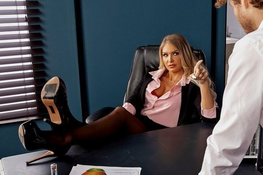 Начальница Alison Avery заставила подчиненного отлизать и жестко трахнуть её