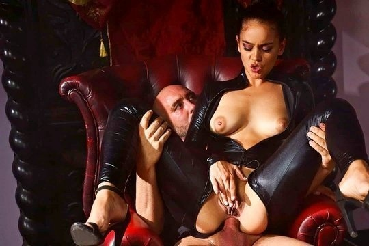 Горячая испанская сука Ginebra Bellucci трахается в жопу с Господином
