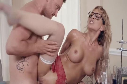 Зрелая блондинка в очках Cherie Deville трахается как ненормальная