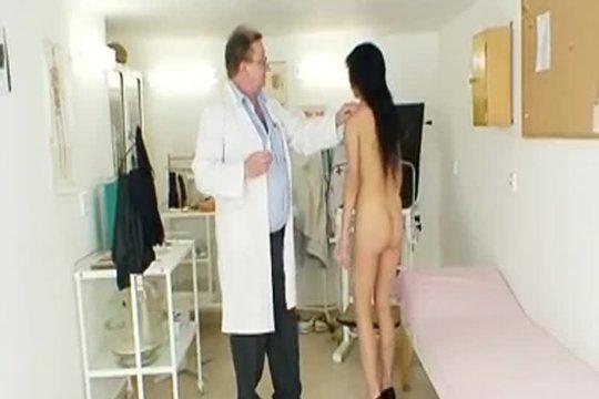 Гинеколог ковыряется в пизде своей пациентки