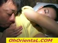 У сонной азиатки сосёт сосок