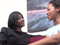 Две черные лесбиянки любят развлечься