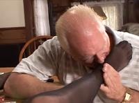 Старикашка был не против полизать каблуки