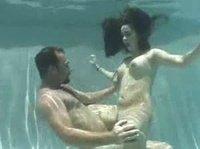 Бородач не зря обучил свою сучку плавать под водой