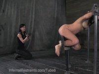Лесбиянка в кандалах возбуждается от фистинга