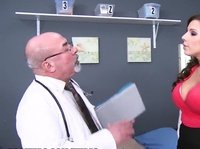 Медсестра страстно зажигала с пациентами