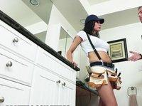 Брюнетка устроилась сантехником лишь ради регулярного секса