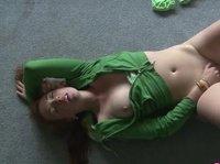 Тёлочка пытается неуклюже снять свою одежду