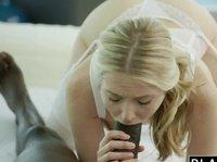Огромный накаченный ниггер ебет блондинку в ротик и киску