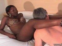 Зрелый мужик вылизывает ноги негритянке и просит сесть на лицо