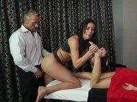 Бойфренд отымел массажистку, пока она работала с клиенткой