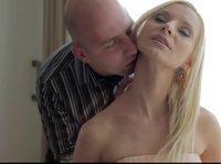 Накаченный лысый мужик жестко трахает роскошную блондинку с большими дойками