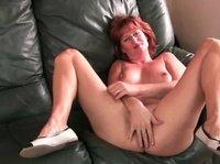 Горячие дамы в возрасте мастурбируют перед камерой и мнуи большие сиськи