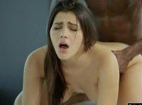 Ниггер ебет аппетитную массажистку после того, как она ему отсосала и вылизала анус