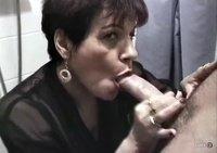 Опытная зрелая баба отсасывает у любовника