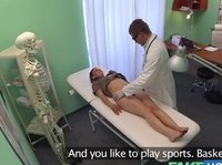 Доктор жарит смазливую пациентку на кушетке