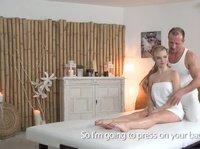 Сексапильная блондинка трахнулась с симпатичным массажистом