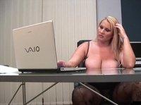 Толстая баба с гигантскими сиськами ласкает пизду прямо в офисе