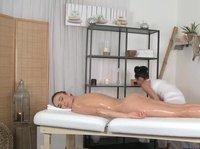 Озабоченная массажистка приласкала шикарную брюнетку