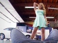 Роскошная блондинка с татуировкой на пояснице сосет и даёт симпатичному парню в автосервисе