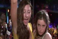 Девахи показывают в клубе голые сиськи