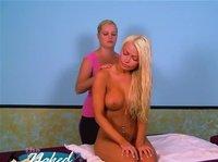 Массажистка ласкает красивую грудастую блондиночку