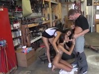 Автомеханик трахает подружек в обмен на то, что он бесплатно отремонтирует им мотоцикл