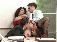 Ретро порно: парни трахают красоток во все дыры во время веселой групповушки!