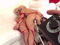 Красивые блондинки занимаются лесбийским сексом и трахают друг друга при помощи секс-машины