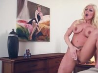 Сисястая блондинка мастурбирует при помощи самотыка