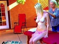 Блондинка делает подруге эротический массаж