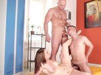 Красивая массажистка приняла участие в групповушке с двумя геями
