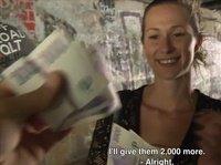 Молодая телка сосет на улице за деньги