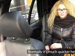 Кудрявая сучка села в машине и была выебана на заднем сиденье