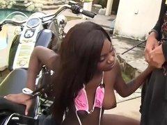Негритянка отдается байкеру ради катания на мотоцикле