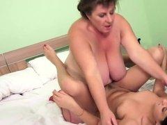 Зрелые лесбиянки в постели познают шикарный кайф