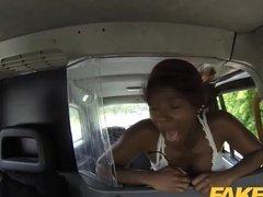 Темнокожая пассажирка такси легко совратила таксиста