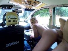 Блондинка отдалась своему таксисту и получила кайф