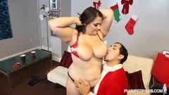 Дед Мороз пытается ублажить толстую бабенку