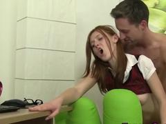 Рыжая девица замаливает грехи с помощью сексуальных шалостей
