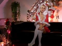 Деваха страстно ласкает себя пальцами в новогоднюю ночь