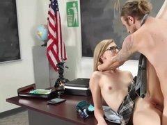 Озабоченный препод выебал горячую белокурую студентку в очках