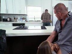 Блондинка в очках сосет член другу своего мужа на кухне