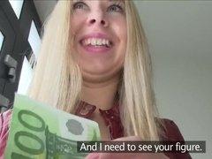 Улыбчивая блондинка сосет и ебется за бабки в подъезде с незнакомцем с камерой